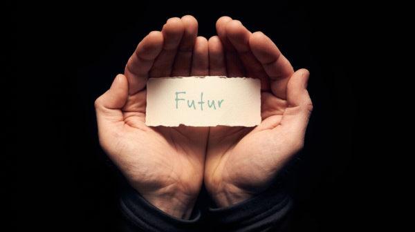 """Deux mains avec une étiquette """"futur"""" pour la voyance"""