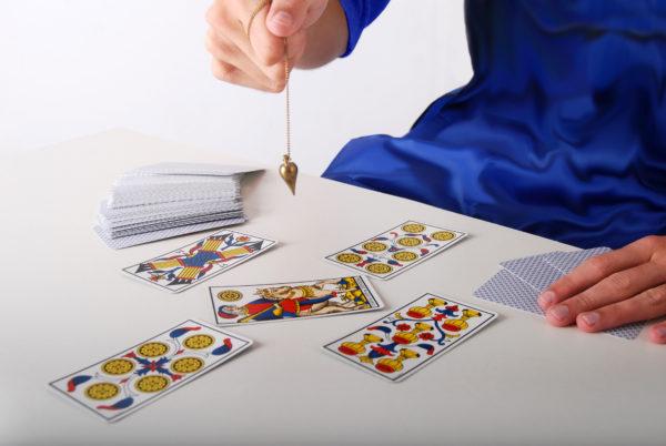 La voyance avec un jeu de tarot et un pendule